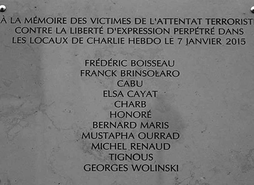 La targa ricordo dei giornalisti di Charlie Hebdo, uccisi in redazione il 7 gennaio 2015.
