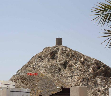 Una delle antiche torri di avvistamento a Muscat (Ph: ©firuzeh)