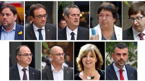 Junqueras e gli ex consiglieri Romeva, Mundó, Bassa, Borràs, Forn, Rull, Turull y Vila (foto Vanguarda)