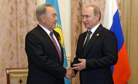 Il Presidente del Kazakhstan, Nursultan Nazarbayev con Vladimir Putin.