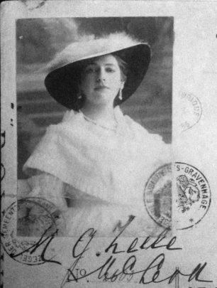 Mata Hari con il suo completo bianco (vestito, cappello, guanti) in una foto ufficiale per documenti.