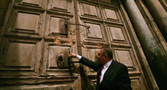 Si chiude la porta del Santo Sepolcro...