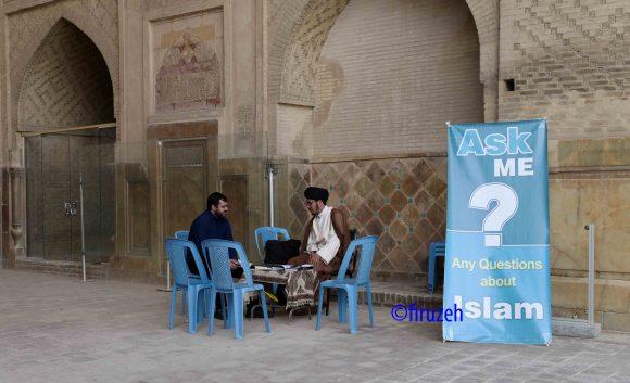In una moschea un religioso a disposizione del pubblico per domande...(photo©firuzeh)