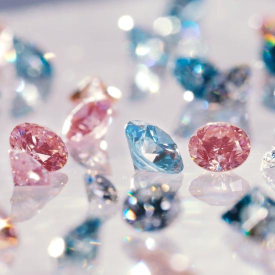 Fig. 2 Diamanti sintetici rosa e blu Lightbox